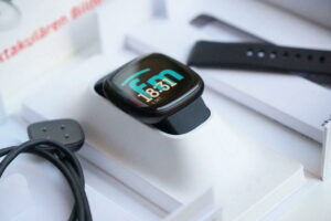 Fitbit Versa 3 with our old fitnessmodern.de logo: Unboxing